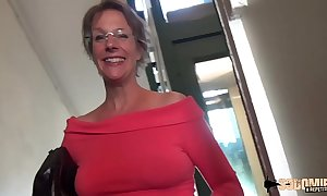 Verge on anal-sex together with squirting for this cougar mom
